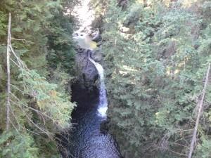 Das ist der Fluss in Lynn Canyon. Das Foto wurde von der Hängebrücke darüber geschossen.